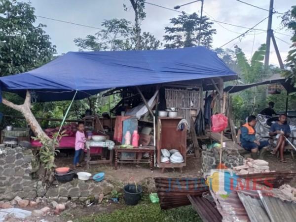 Warga Desa Jogomulyan, Kecamatan Tirtoyudo, Kabupaten Malang yang tinggal di tenda akibat rumahnya yang hancur diguncang gempa bumi April 2021 lalu (foto: Hendra Saputra/MalangTIMES)
