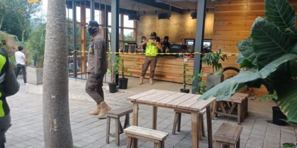 Cafe Concrete di Kecamatan Bumiaji disegel petugas. (Foto: istimewa)