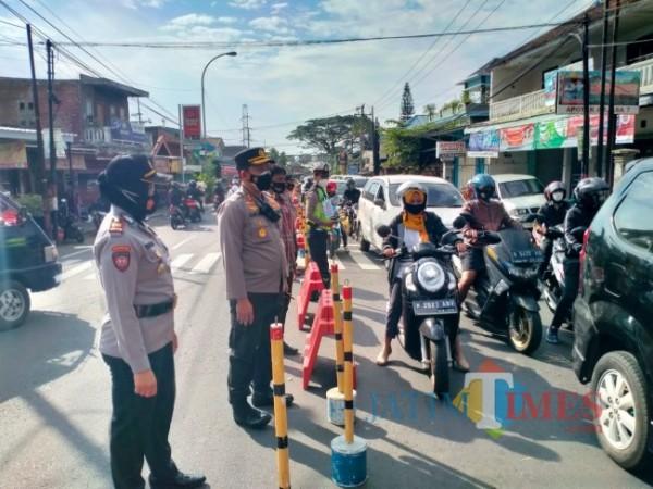 Kapolres Batu Catur Cahyono Wibowo saat meninjau kondisi di Simpang Pos Pendem, Kamis (8/7/2021).
