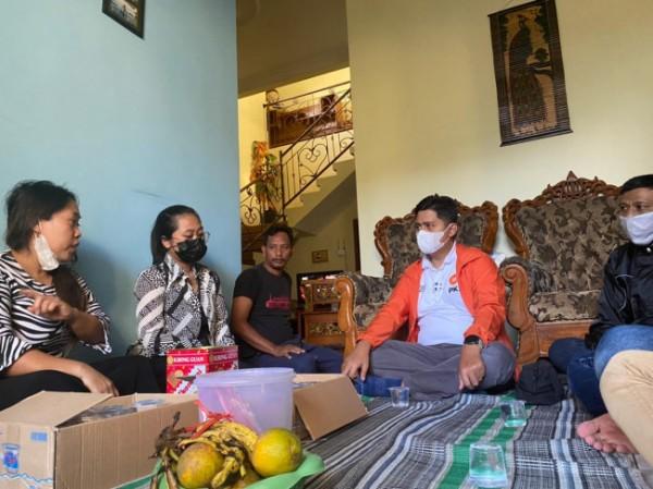 Ketua Bidang Politik, Hukum dan HAM (Polhukam) DPD PKS Kota Malang, Ahmad Fuad Rahman (jaket orange) saat mengunjungi Posko PPKM Mikro tingkat RT di wilayah Kelurahan Mojolangu. (Foto: Istimewa).