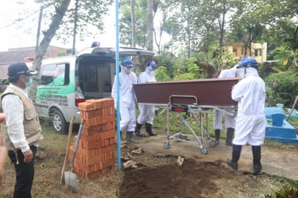Petugas pemakaman jenazah Covid-19 di Kota Malang. (Foto: Humas Pemkot Malang for MalangTIMES).