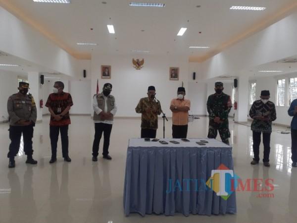 FKUB Kota Malang bersama Wali Kota Malang Sutiaji (baju warna oranYe) usai deklarasi dukungan terhadap PPKM Darurat di gedung Mini Block Office. (Arifina Cahyanti Firdausi/MalangTIMES).