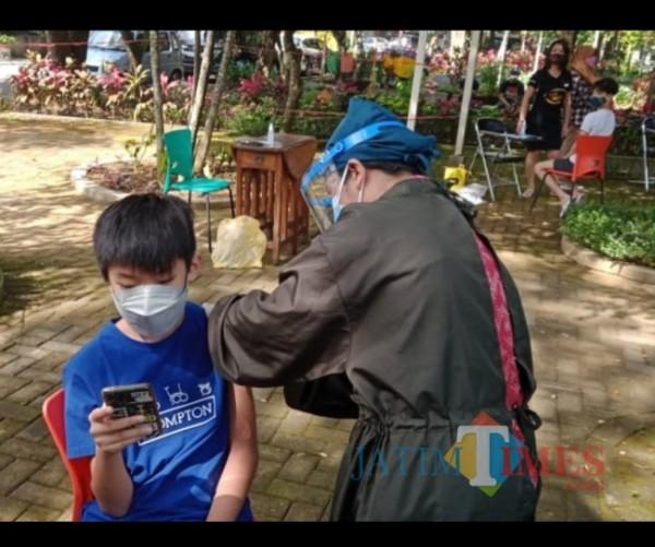Pemberian vaksinasi Covid-19 kepada anak-anak usia 12-17 tahun di Taman Slamet Kota Malang. (Arifina Cahyanti Firdausi/MalangTIMES).