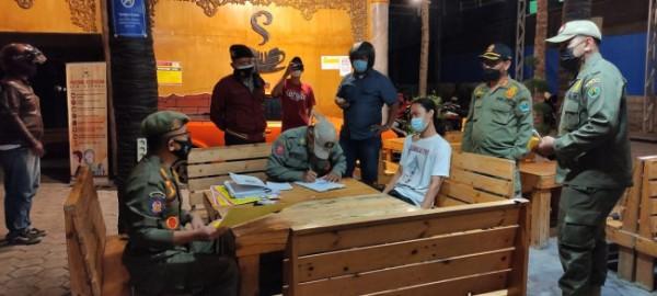 Petugas opsgab saat melakukan penertiban di salah satu tempat usaha di Kota Malang. (Foto: Istimewa).