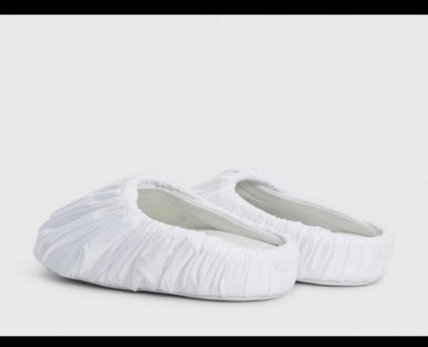 Ruched leather sandals mirip sandal selop. (Foto: Dokumentasi Maison Margiela).