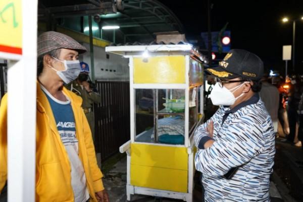 Wali Kota Malang Sutiaji (kanan) saat menemui PKL terdampak PPKM Darurat beberapa waktu lalu. (Foto: Istimewa).