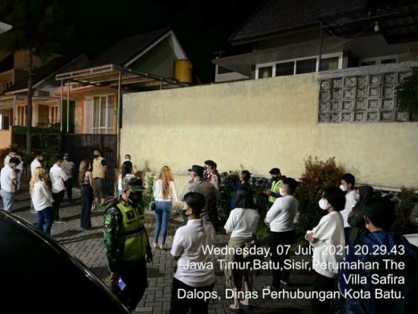 Ke-24 orang tersangka pelanggaran PPKM Darurat saat dikeluarkan oleh petugas dari Vila Safira, Rabu (7/7/2021) malam. (Foto: istimewa)