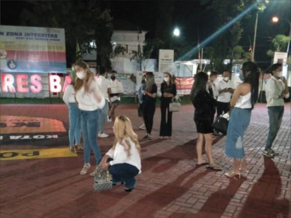Sejumlah tersangka yang mengikuti pesta ulang tahun saat berada di Polres Batu beberapa saat lalu. (Foto: istimewa)