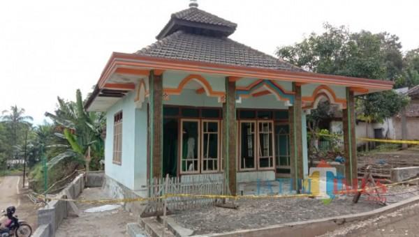 Kondisi Musala Al-Ikhlas yang terletak di Jalan Kalisari, RT 06/RW 02, Kelurahan Wonokoyo, Kecamatan Kedungkandang, Kota Malang yang tampak hancur dan dipasangbgaris polisi, Sabtu (10/7/2021). (Foto: Tubagus Achmad/MalangTIMES)
