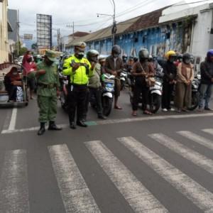 Polisi di Malang Hentikan Pengendara dan Ajak Mengheningkan Cipta