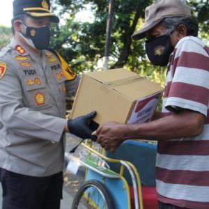 Ringankan Beban Masyarakat, Kapolres Kediri Kota Bagikan Puluhan Paket Sembako