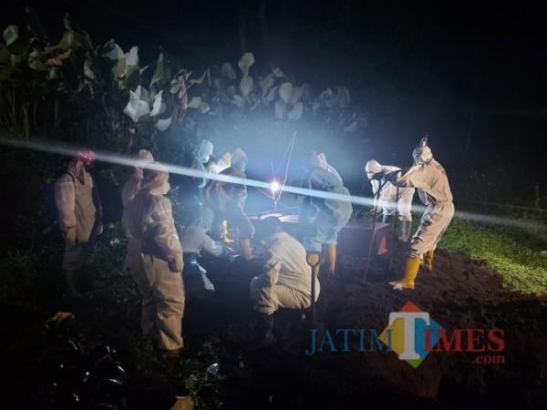 Ilustrasi tim pemakaman Kota Malang saat memakamkan jenazah dengan protokol Covid-19. (Foto: Tubagus Achmad/MalangTIMES)