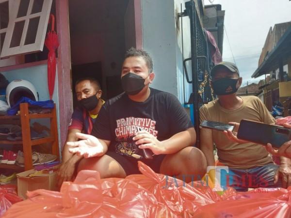 Joshua Nade Anggriawan (tengah) saat ditemui di kediamannya di Jalan Serayu Gang 2, Kelurahan Bunulrejo, Kecamatan Blimbing, Kota Malang, Sabtu (10/7/2021). (Foto: Tubagus Achmad/ MalangTIMES)