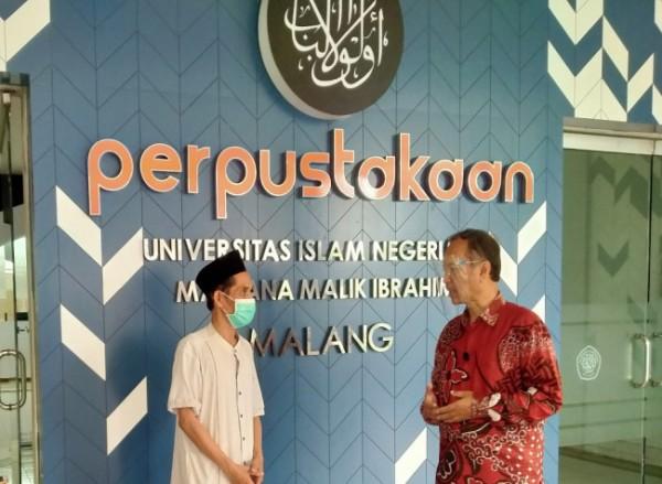 Kepala Perpustakaan UIN Malang, M Mufid(kiri) dan Rektor UIN Malang Prof Abdul Haris (foto: Anggara Sudiongko/ MalangTIMES)
