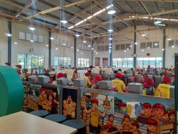 Aktivitas karyawan di salah satu perusahaan di Kota Malang sebelum masa PPKM Darurat. (Arifina Cahyanti Firdausi/MalangTIMES).