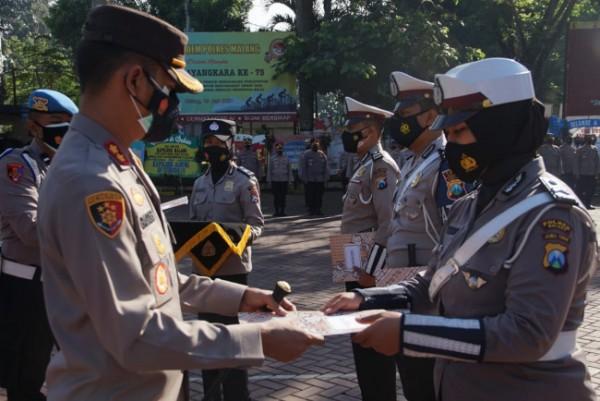 Kapolres Malang, AKBP Bagoes Wibisono saat memberikan penghargaan kepada anggota berprestasi (Foto: Istimewa).