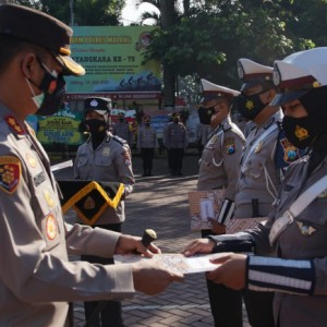 Kapolres Malang Beri Penghargaan kepada Anggota Berprestasi