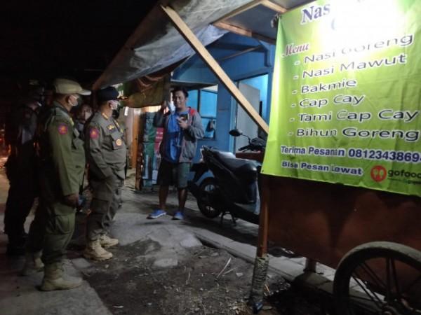 Puluhan bangunan liar di Gondanglegi Kulon saat hendak ditertibkan Satpol PP (Foto: Istimewa).