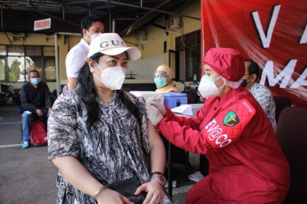 Salah satu perwakilan elemen masyarakat yang mengikuti program vaksinasi massal di Polresta Malang Kota, Senin (12/7/2021). (Foto: Humas Polresta Malang Kota)