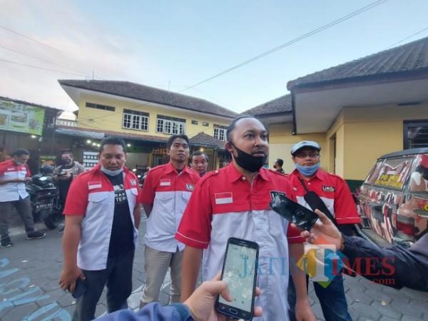 Sekretaris DPD LIRA Malang Raya Dito Arief Nurakhmadi (tengah) saat ditemui awak media beberapa waktu lalu. (Foto: Tubagus Achmad/ MalangTIMES)