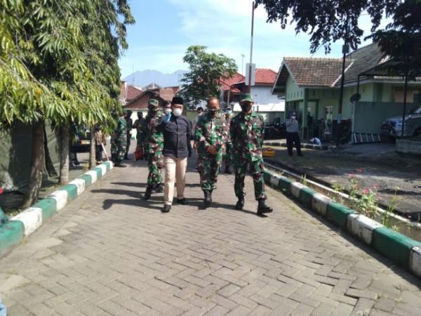 Wali Kota Malang Sutiaji (baju hitam) saat meninjau lokasi RS Lapangan di RST dr Soepraoen, Senin (12/7/2021). (Foto: Istimewa).