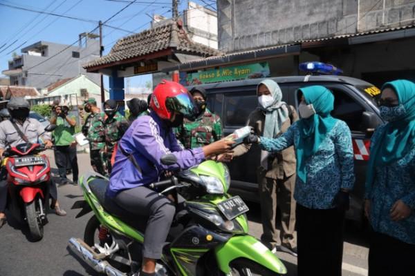Forkopimda Kabupaten Malang membagikan masker kepada masyarakat dan pengguna jalan (Foto: Istimewa).