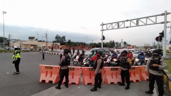 Ilustrasi penyekatan yang terjadi di persimpangan Karanglo, Kabupaten Malang saat penerapan PPKM Darurat beberapa waktu lalu. (Foto: Istimewa)