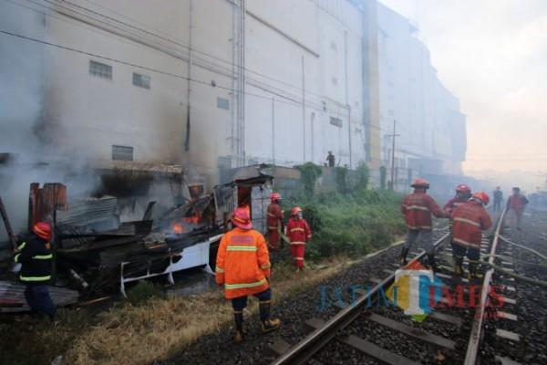 Petugas dari UPT Pemadam Kebakaran Kota Malang saat melakukan evakuasi pasca terjadinya kebakaran, Selasa (13/7/2021). (Foto: Tubagus Achmad/MalangTIMES)