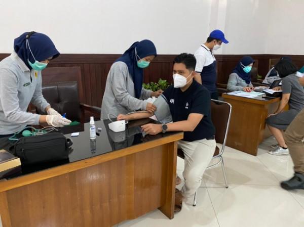 Sekretaris Fraksi PKS DPRD Kota Malang, Ahmad Fuad Rahman (baju hitam) saat menjalani pemeriksaan kesehatan untuk vaksinasi Covid-19. (Foto: Istimewa).