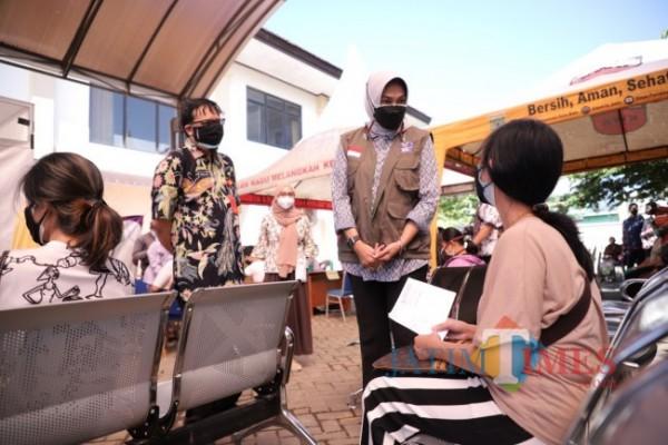 Wali Kota Batu Dewanti Rumpoko saat meninjau lokasi vaksinasi. (Foto: Irsya Rich/MalangTIMES)