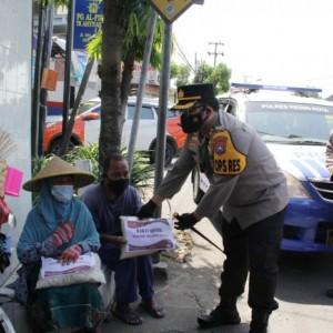 Lagi, Polres Kediri Kota Bagikan Bansos kepada PKL