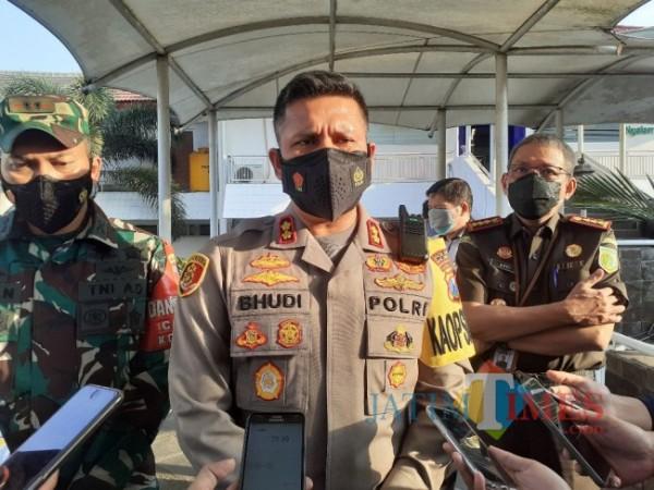 Kapolresta Malang Kota, AKBP Budhi Hermanto (tengah). (Arifina Cahyanti Firdausi/ MalangTIMES).
