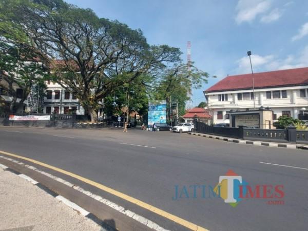 Kondisi dibdepan Balai Kota Malang dan DPRD Kota Malang yang tampak sepi dari pergerakan massa aksi penolak PPKM Darurat, Rabu (14/7/2021). (Foto: Tubagus Achmad/MalangTIMES)