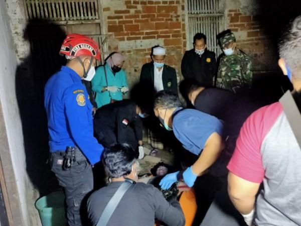 Petugas gabungan mengevakuasi jasad korban Muawanah dari dalam sumur.(Foto : Humas Polres Blitar Kota for BlitarTIMES)