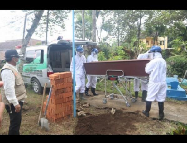 Proses pemakaman dengan protokol Covid-19. (Foto: Humas Pemkot Malang for MalangTIMES).