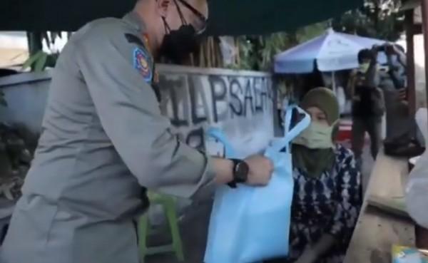 Satpol PP Bogor beri bingkisan ke pedagang (Foto: YouTube Bayu ary shanda)