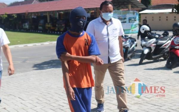 Tersangka MNN (17) saat digelandang ke kantor Satreskrim Polres Jombang. (Foto : Adi Rosul / JombangTIMES)