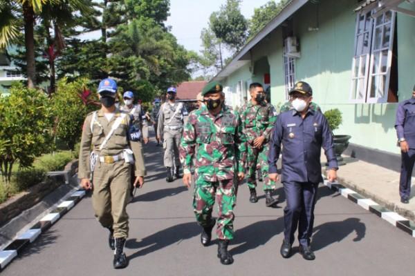 Wali Kota Malang Sutiaji bersama Danmenarmed 2 Kolonel Arm Sumanto saat melakukan peninjauan vaksinasi massal di Menarmed-2/PY/2 Kostrad, Rabu (14/7/2021). (Foto: Penerangan Divisi Infanteri-2 Kostrad)