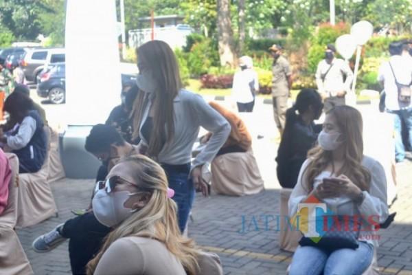 Beberapa orang yang mengikuti pesta ulang tahun yang melanggar PPKM Darurat saat akan menjalani tipiring di Graha Pancasila Balai Kota Among Tani.