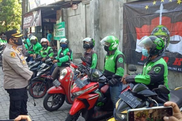 Kapolres Kediri Kota AKBP Wahyudi S.I.K., M.H. ketika menemui dan memberikan bantuan  kepada para Driver Ojek Online, Kamis, (15/7/2021). (Foto: Ist)
