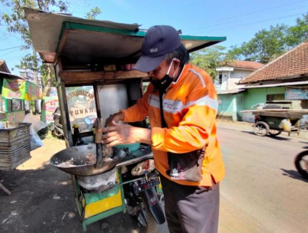 Pedagang nasi goreng di Kabupaten Malang yang memilih berjualan saat siang hari selama PPKM Darurat (Foto: Istimewa)