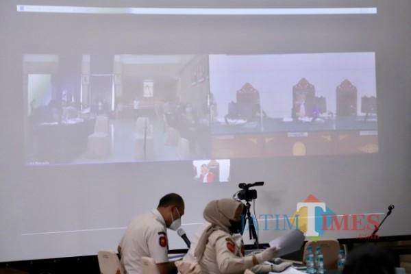 Proses sidang tipiring secara virtual di Graha Pancasila, Balai Kota Among Tani.
