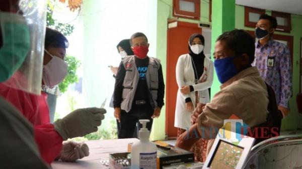 Wakil Wali Kota Batu Punjul Santoso saat meninjau lokasi vaksinasi di Kota Batu.