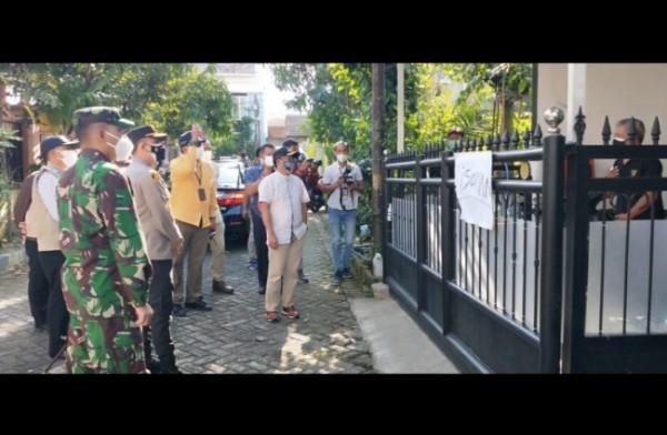 Wali Kota Malang Sutiaji (baju putih) saat meninjau salah satu warga isolasi mandiri di rumah. (Foto: Istimewa).