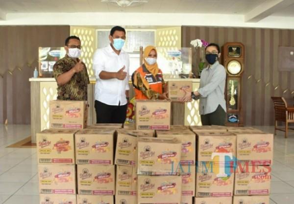 Walikota Kediri Abdullah Abu Bakar menerima bantuan kopi saset.(ist)