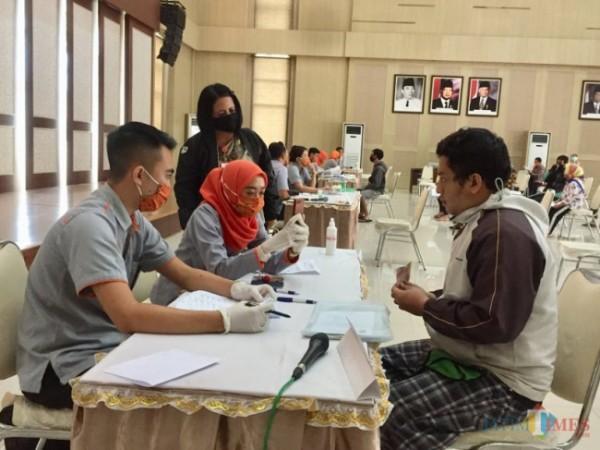 Warga Kota Batu saat menerima bantuan sosial di Graha Pancasila, Balai Kota Among Tani beberapa saat lalu. (Foto: Irsya Richa/ MalangTIMES)