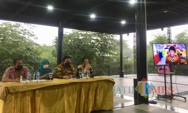 Kuasa Hukum JEP Recky Bernadus Surupandy (dua dari kanan) bersama pihak sekolah SPI Kita Batu saat menggelar konferensi pers beberapa saat lalu. (Foto: Irsya Richa/MalangTIMES)