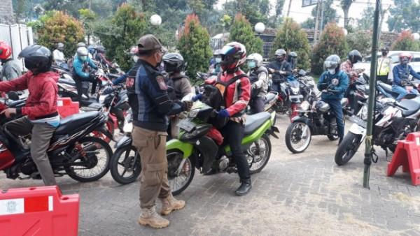 Operasi Yustisi dan pemeriksaan di sejumlah pos penyekatan oleh petugas gabungan dari Satpol PP dan personel TNI-Polri. (Foto: Istimewa)