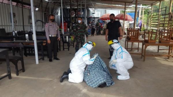 Petugas medis saat melalukan evakuasi terhadap jenazah Hamid Santoso (72) di depan salah satu warung kopi, Jumat (16/7/2021). (Foto: Polsek Lowokwaru)