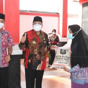 Peduli Wong Cilik, Wali Kota Blitar Bagikan Rastrada ke Warga Kecamatan Kepanjenkidul